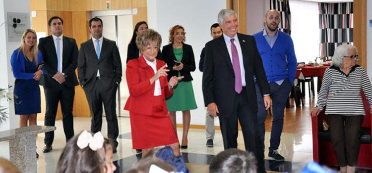 Embaixador Sherman com a directora da Fundação João Bento Raimundo