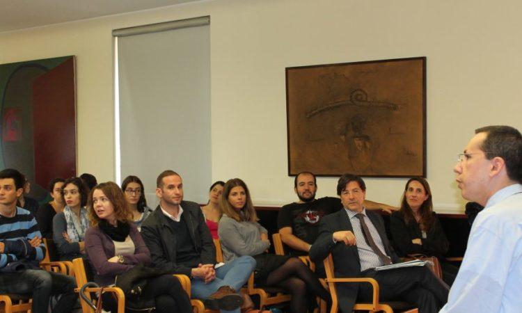 Nicholas Kralev com estudantes da Universidade do Porto