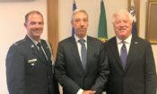 Da esquerda, Adido da Defesa da Embaixada dos EUA, Cor. Bernard, Ministro João Cravinho e Emaixador George Glass.